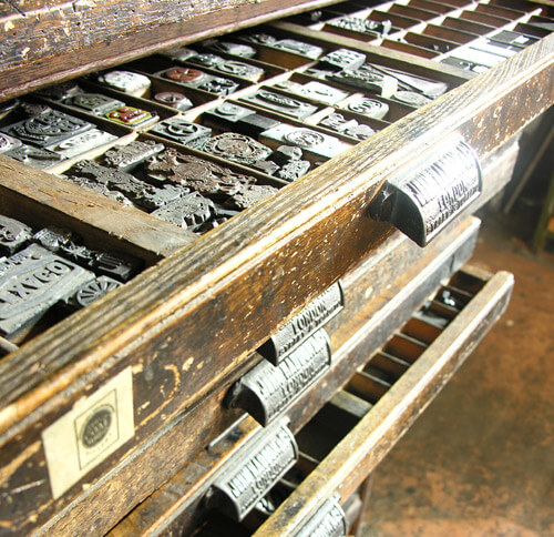 A tray of engravings.